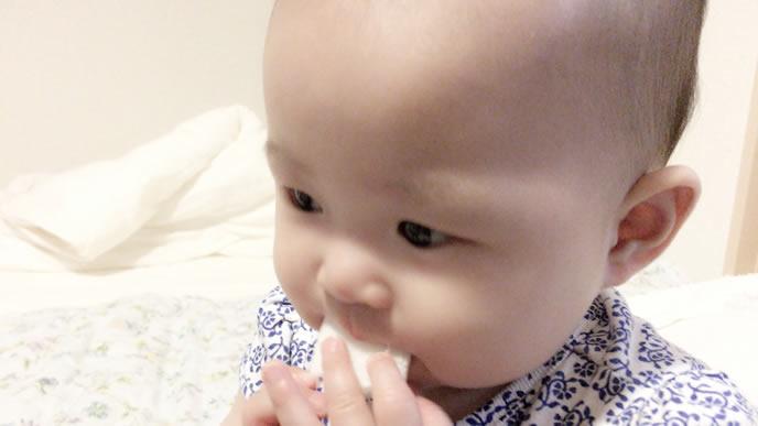 自分で離乳食を口にする赤ちゃん