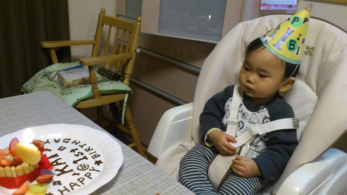 離乳食ケーキを不思議そうに見つめる赤ちゃん