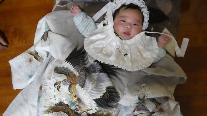 お宮参りに出かけるためにオシャレをする赤ちゃん