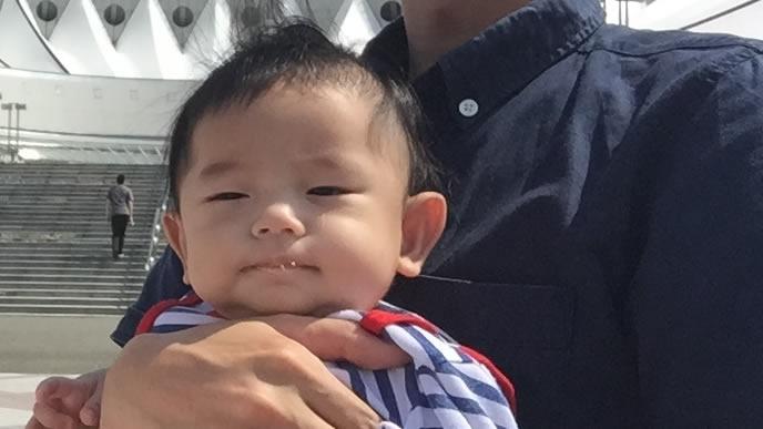 パパに抱っこされおでかけする赤ちゃん