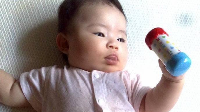 ラトルが大好きな赤ちゃん