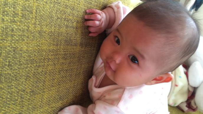 ハイハイでママに近付く笑顔の赤ちゃん
