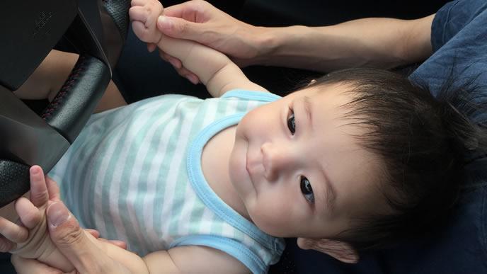 運転席が大好きでパパと一緒にハンドルを握る赤ちゃん