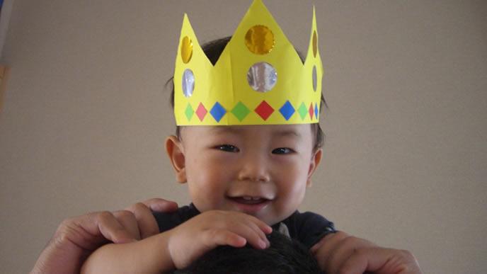 ハーフバースデーの記念に王冠を付ける赤ちゃん