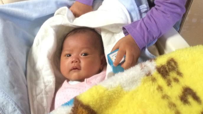 首が不安定な生まれたばかりの赤ちゃん