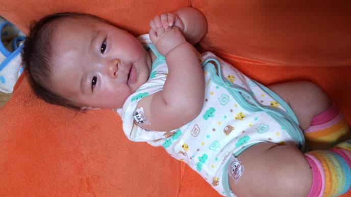 可愛いおねだりポーズをする赤ちゃん