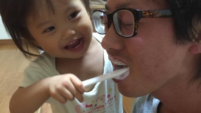 パパに歯磨きをしてあげる赤ちゃん
