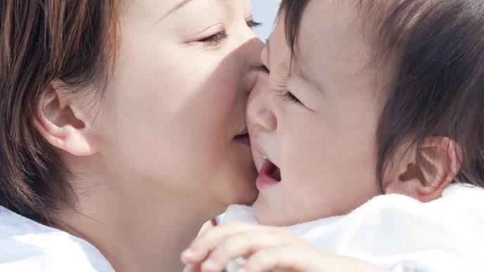 赤ちゃんを抱っこして愛情表現をするママ
