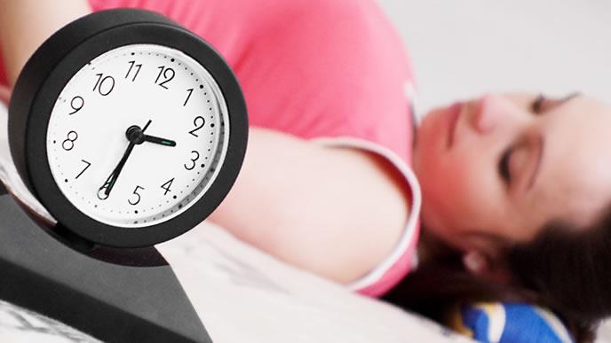 不快症状に悩まされ寝られない妊婦
