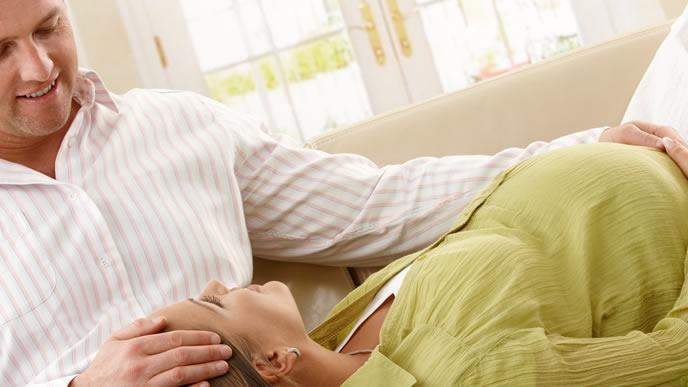 切迫早産の可能性を夫に話す妻