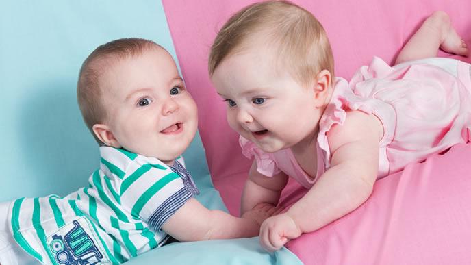 色違いの服を着る双子の赤ちゃん