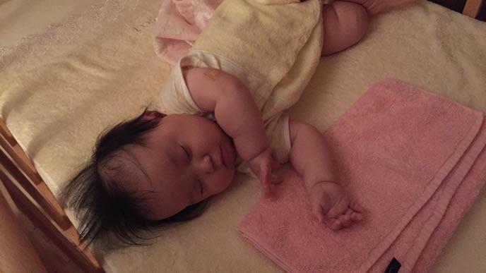 ベビーベッドを縦に使って寝る赤ちゃん