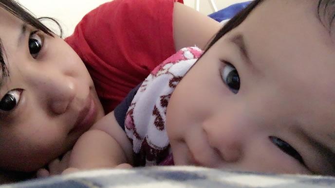 ママと一緒にお昼寝して嬉しい赤ちゃん