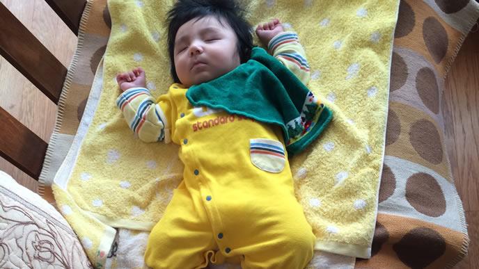 黄色いロンパースがお気に入りの赤ちゃん