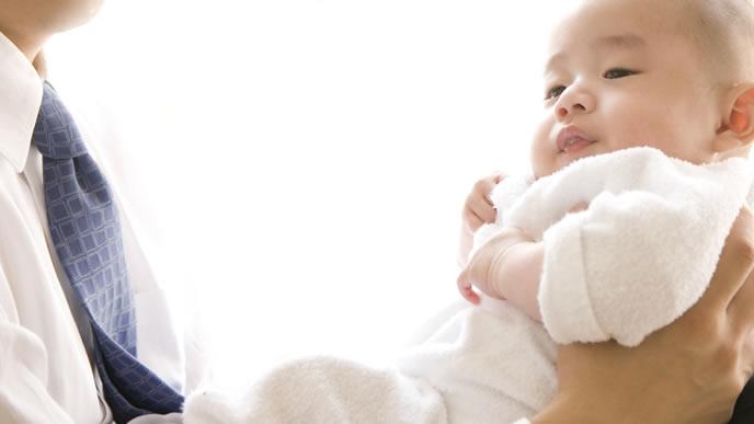パパの抱っこが新鮮で体が固まる赤ちゃん