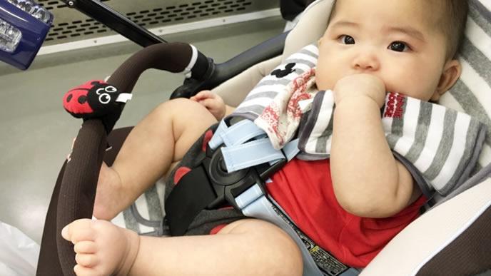 ベビーカーでママを待つ赤ちゃん