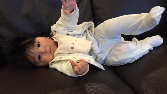 ママに抱っこをおねだりする赤ちゃん