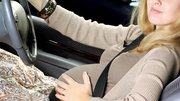 妊娠中に運転をする妊婦