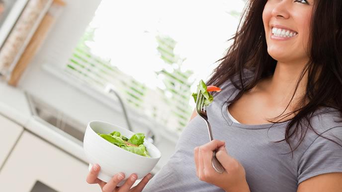サラダを中心とした食事を心がける妊婦