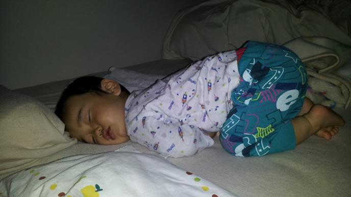 うつ伏せで寝ている電池切れの赤ちゃん