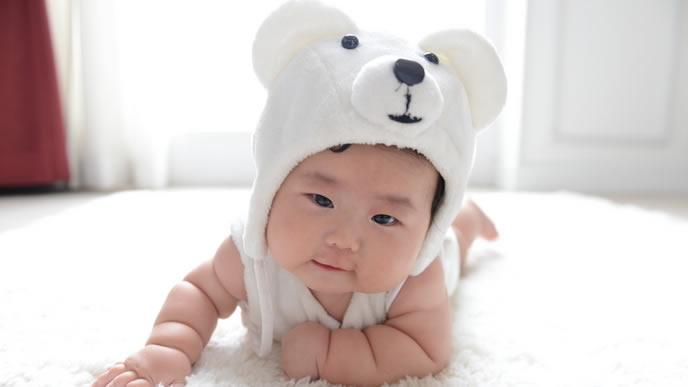 シロクマの帽子が似合うむちむち赤ちゃん