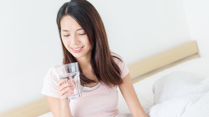 ダイエット効果を期待して水を飲むママ