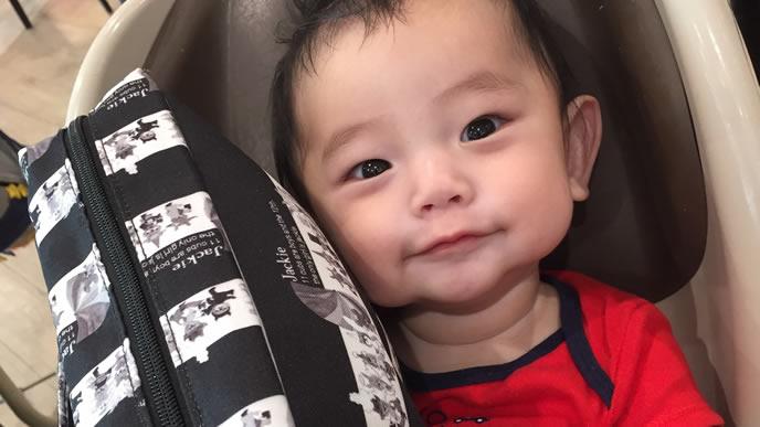 買い物中にニコニコする赤ちゃん
