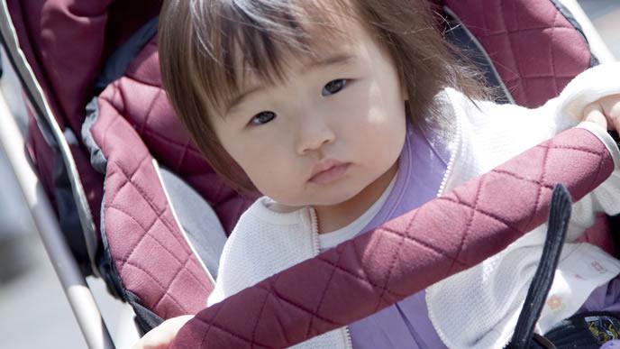 ベビーカーに乗せられなんとも言えない表情になる赤ちゃん