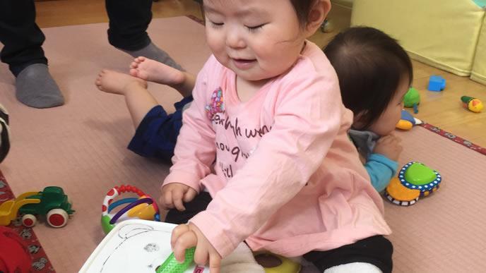 適度な運動をする保育園の赤ちゃん