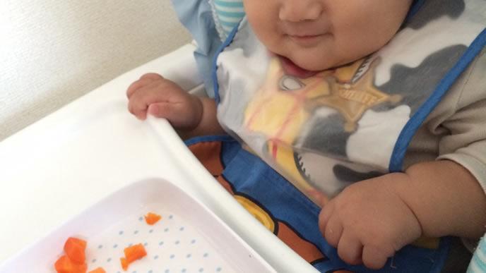 大好きな離乳食を目の前ににやける赤ちゃん