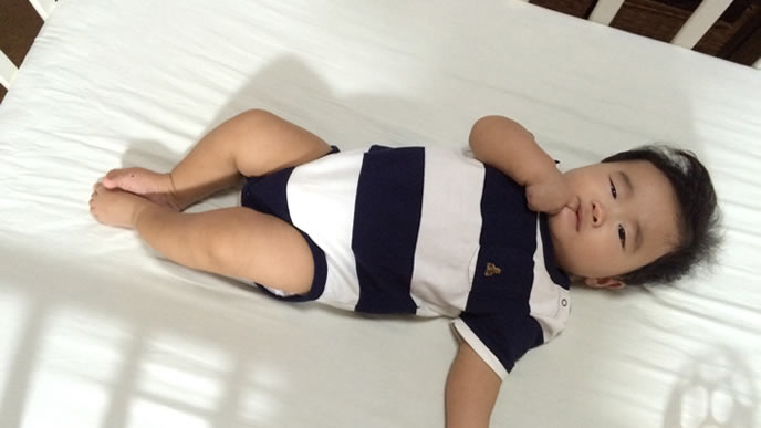 体調が良くなりじっと寝ている赤ちゃん