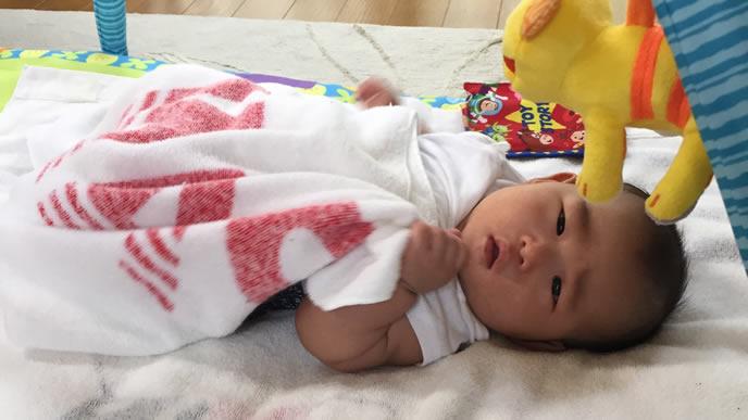 咳が止まらずママにSOSを求める赤ちゃん