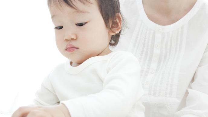 定期的にママに鼻水をとってもらう赤ちゃん