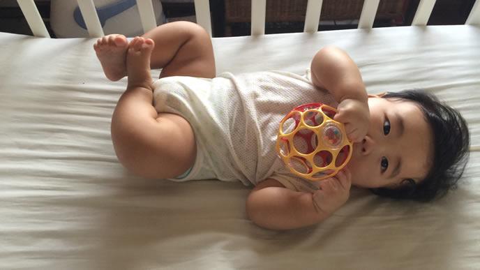 鼻が切なくてオーボールで気を紛らわす赤ちゃん