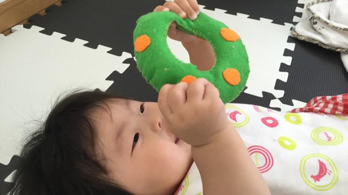 フェルトのガラガラがお気に入りの赤ちゃん
