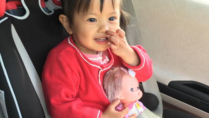 これから車で乳幼児健診に向かう女の子