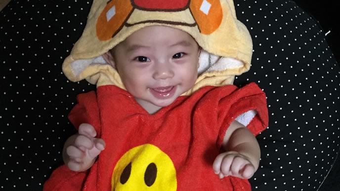 乳幼児健診の帰りにママに笑顔を見せる赤ちゃん