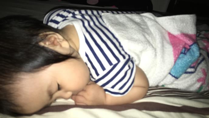 うつぶせ寝をする生後6ヶ月の赤ちゃん