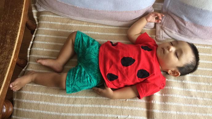 スイカの上下服を着る生後11ヶ月の赤ちゃん