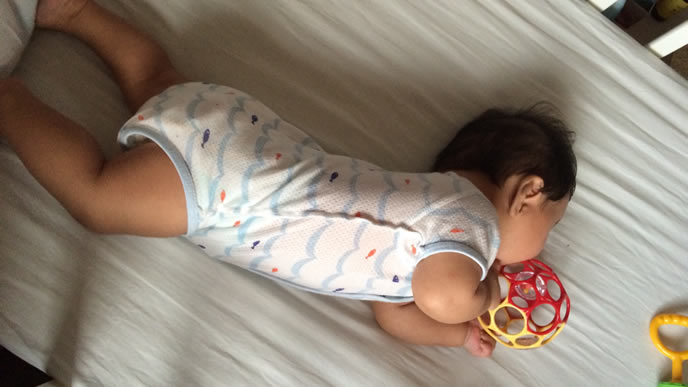 首が座ってきた生後4ヶ月の赤ちゃん