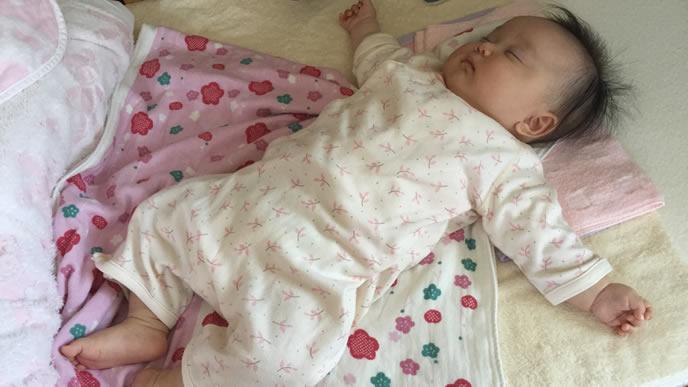大の字で熟睡する赤ちゃん