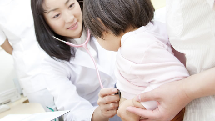 赤ちゃんの検診をする小児科の医師