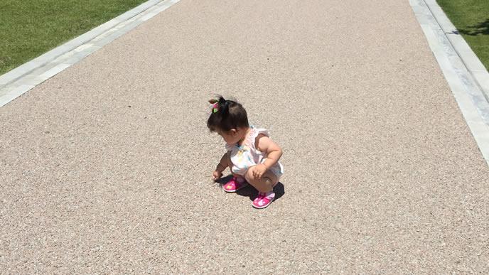 道端に気になるものを見つけて立ち止まる赤ちゃん