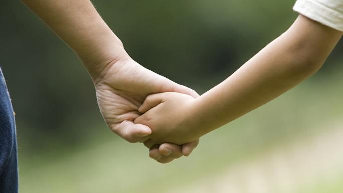 ママと赤ちゃんが手を繋いでいる画像