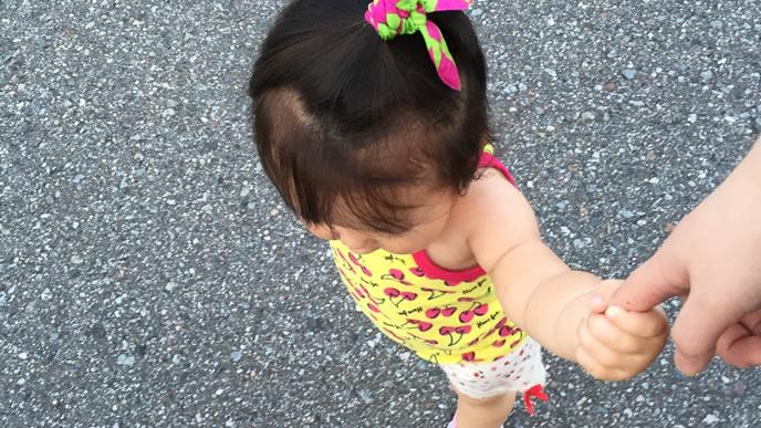ママと手を繋いでお散歩する女の子