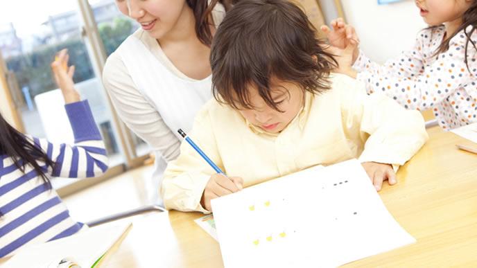保育園で一生懸命勉強する赤ちゃん