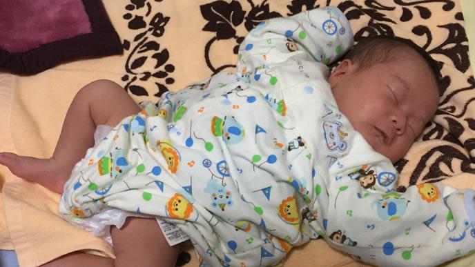 新しいおむつで快適に寝る赤ちゃん