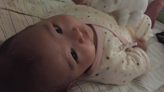 ママに見つめられ起きてしまった赤ちゃん