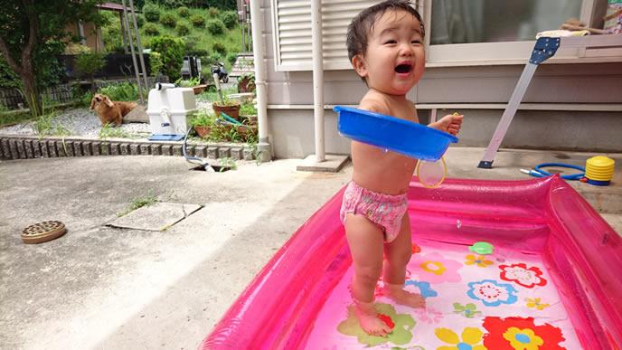 水遊びパンツでプールを堪能する赤ちゃん
