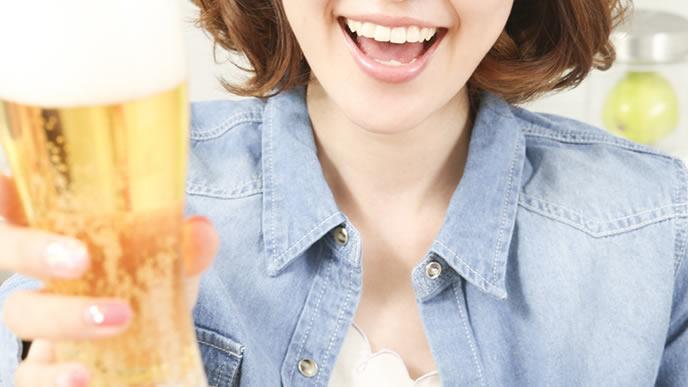 妊娠超初期でビールを飲む女性